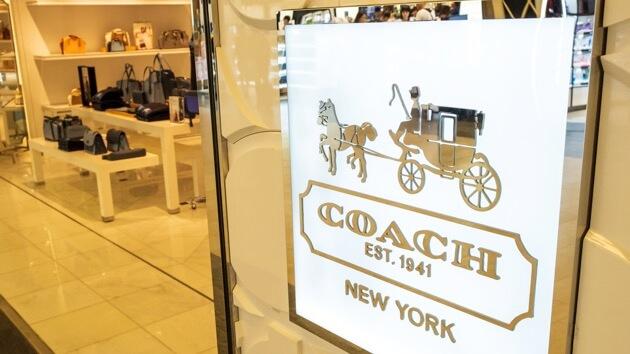成長於紐約市的J Lo來說,與紐約創立的COACH一樣,都是那樣迷人而永恆不衰,亦是品牌互相連繫上的關係。