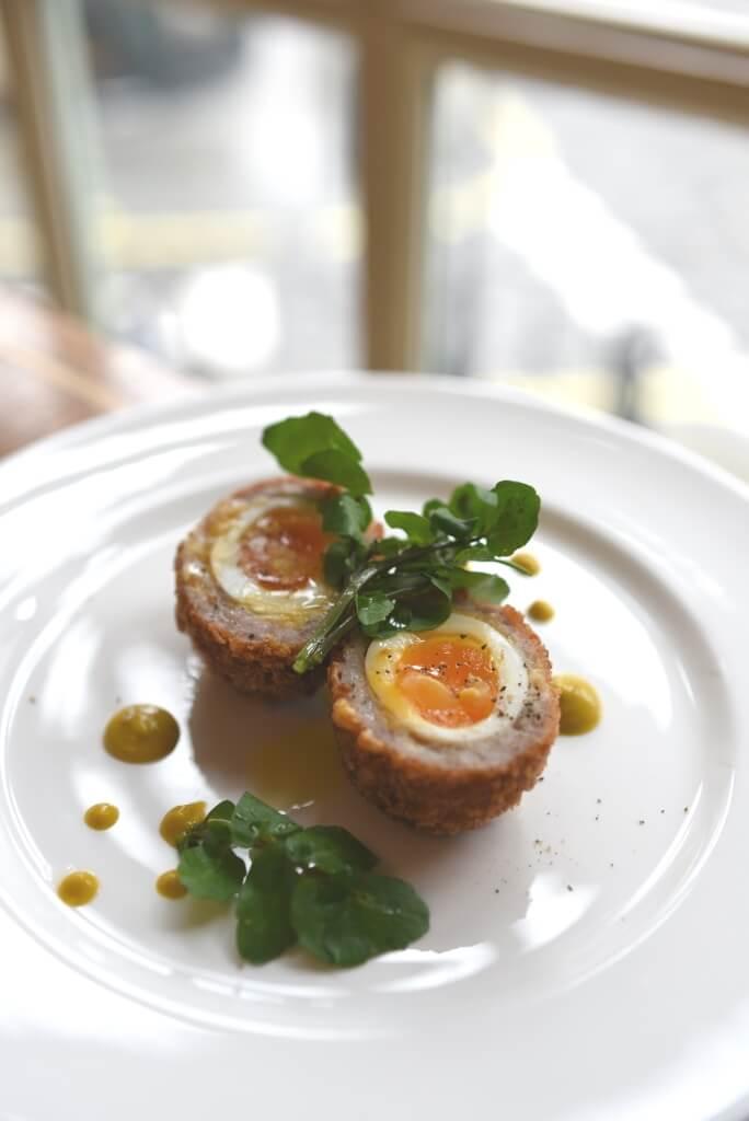 蘇格蘭炸雞蛋(Scotch Egg)這道廣為流傳的英式料理,原來是由Fortnum's在1738年所創。