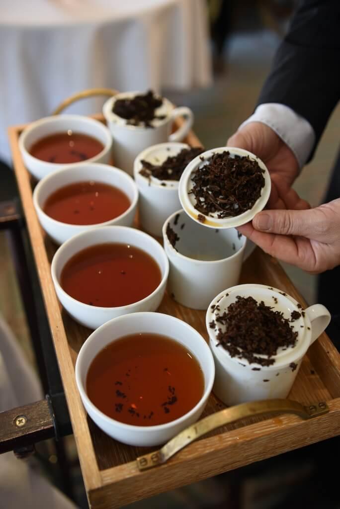 Tearista Domenico在介 紹店裏四款招牌紅茶: Royal Blend、Wedding Breakfast Tea、Jubilee和Countess Grey。