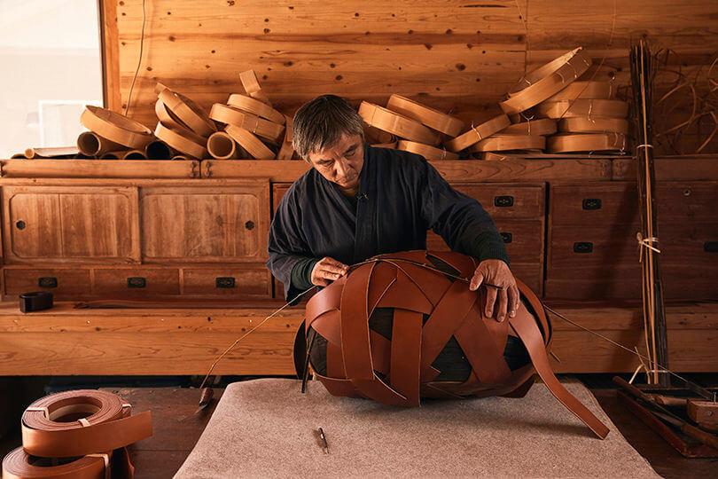 今年,品牌又以「Loewe Baskets」為主題,邀請十位以編織聞名的藝術家與他們的皮革工匠合作,設計推出各式各樣的編織籃與編籃工藝展覽。