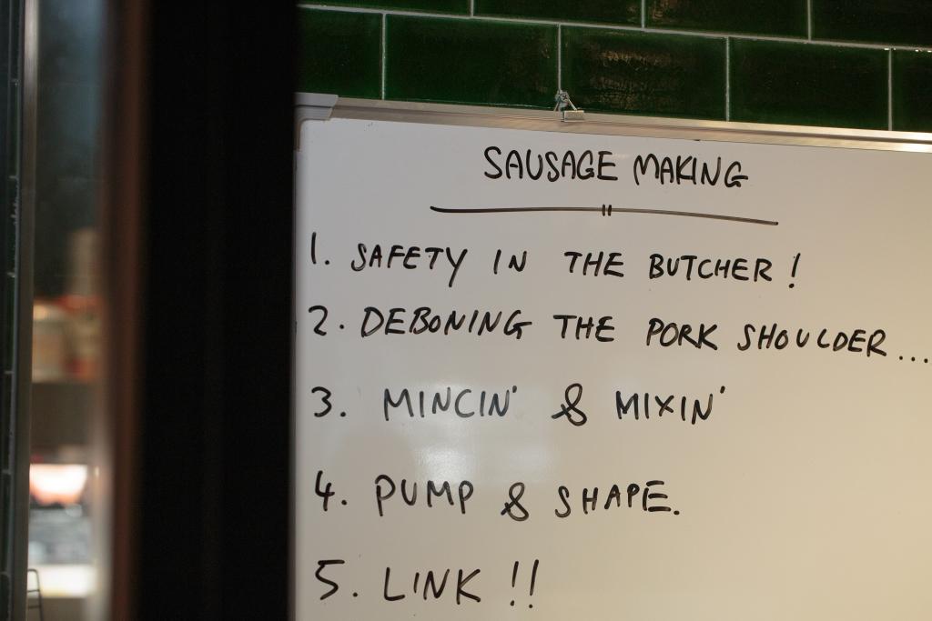 製作香腸其實不困難,食材店簡括了五個步驟,一步一步製作,便可製出富個性的香腸。