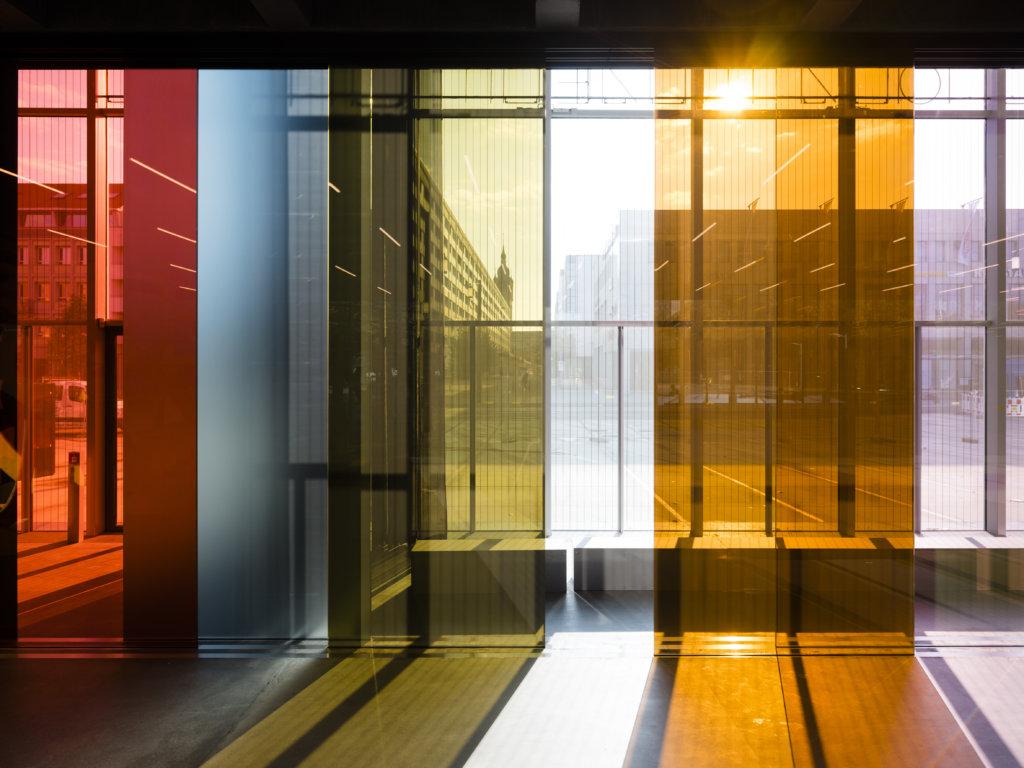 新的博物館外表看起來是冷峻的玻璃幕牆,內裏則較為色彩豐富和溫暖。
