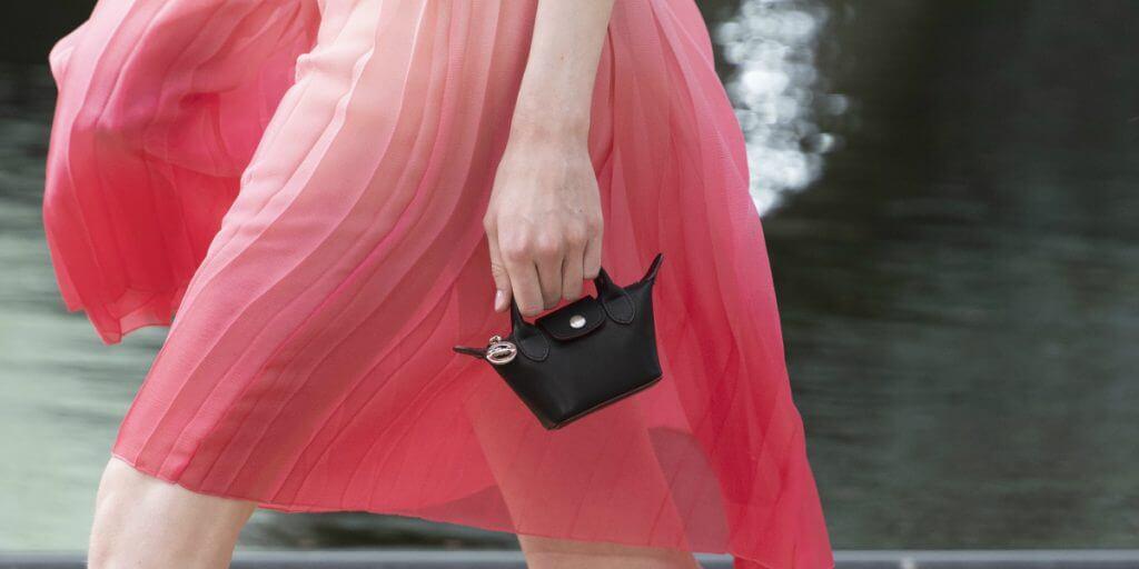 2020年春夏,Longchamp同樣將旗下經典袋款縮成折疊設計的迷你包。