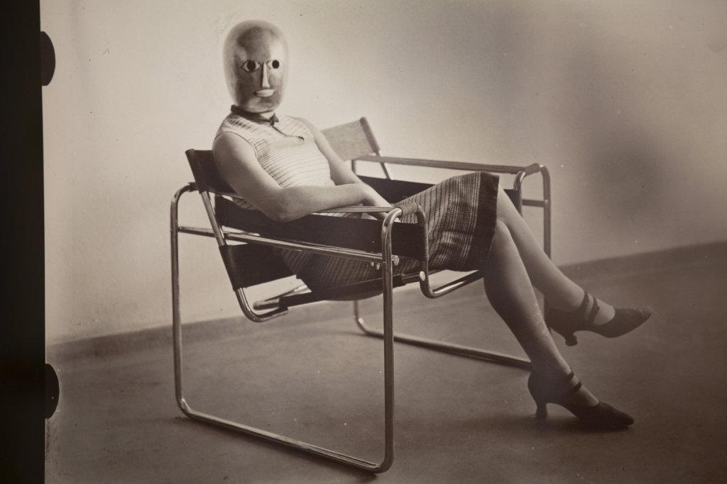 展品之一是一張詭異的照片:戴住Oskar Schlemmer面具的女生坐在Marcel Breuer的椅子上。