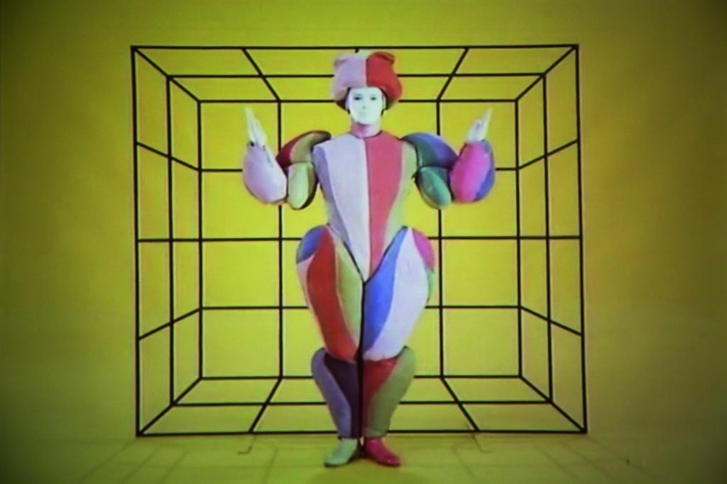 Bauhaus的舞台工作坊,最先由Lothar Schreyer負責,直至1923年由Oskar Schlemmer主理,他是前衞舞台製作的先驅,並發展出一套關於人體與空間的舞台理論。他最著名的作品是1922年的《三人芭蕾》(Triadic Ballet),舞者身穿幾何圖案的服飾,跳着以數學為靈感的舞步。這表演影響了不少後來者,包括大衛.寶兒(David Bowie)和Lady Gaga。