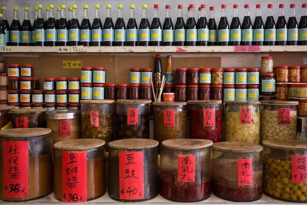 在周記還可找到各式麵豉 醬、豆瓣醬等,成就一道 又一道的美味家常菜。