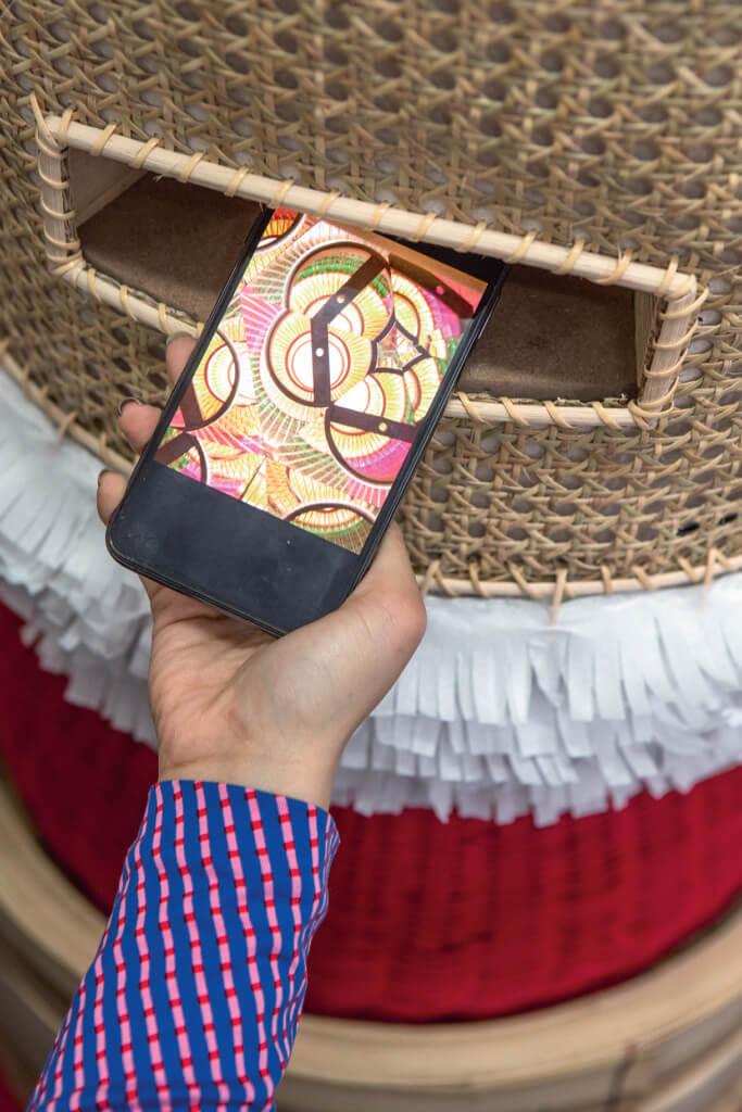 只要把手提電話的前置鏡頭放在凹位就可見到內裏的萬花筒圖案