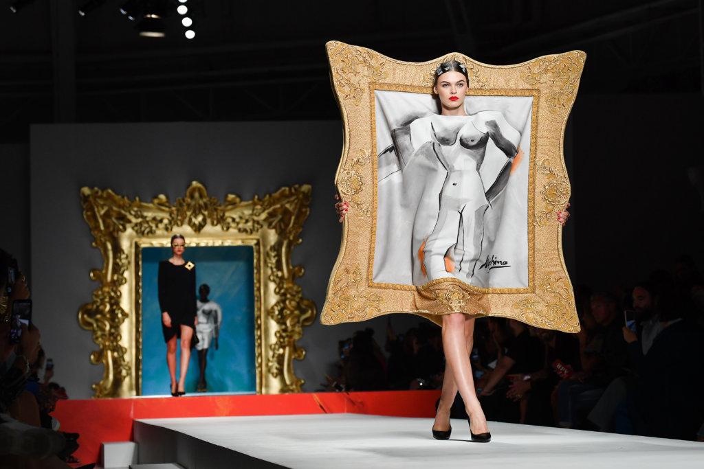 Moschino SS2020以畢加索名畫為靈感和元素,一羣模特兒從世界名畫中走出,《亞維農的少女》的畫作縫進裙子上,將畢加索的雕塑、繪畫等作品重新賦予生命。