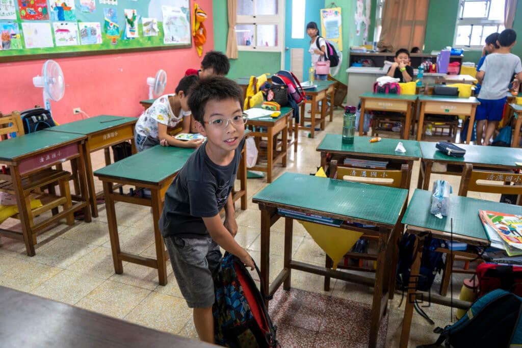 弟弟喬進所就讀的小學,每天下課後會有功課輔導班,老師會留在課室幫助學生解答學習上的疑難。
