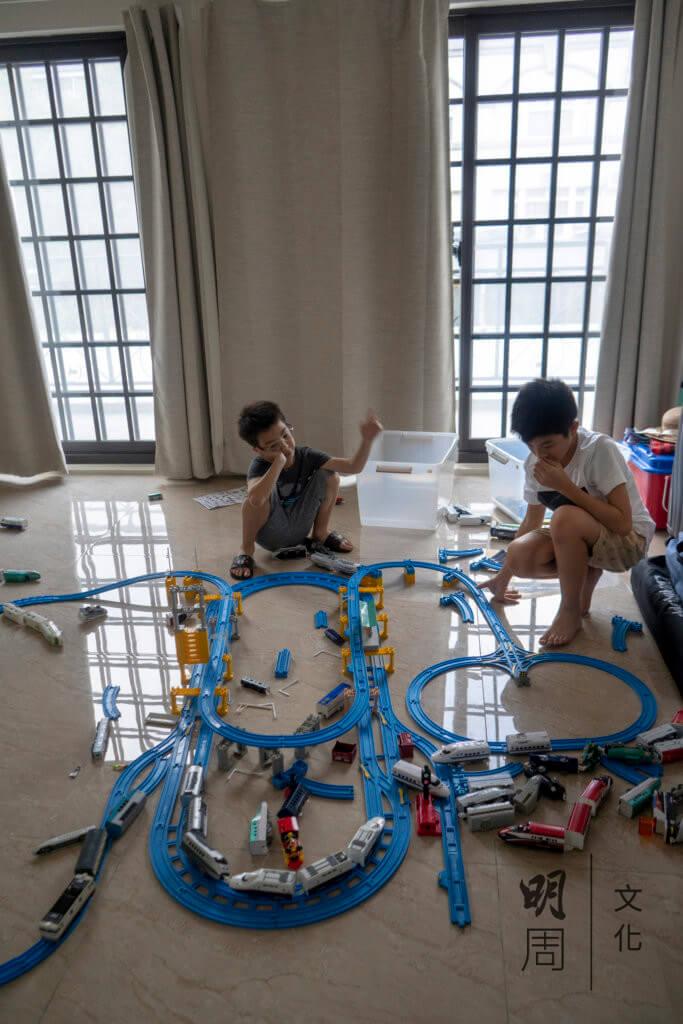 從前在香港只有700多呎的家,現在住進樓高四層的洋房,二樓本來設有的兩間客房,現在變成兩個孩子的玩樂場。他們把自己心愛的玩具小火車和路軌,一一拼湊出來。