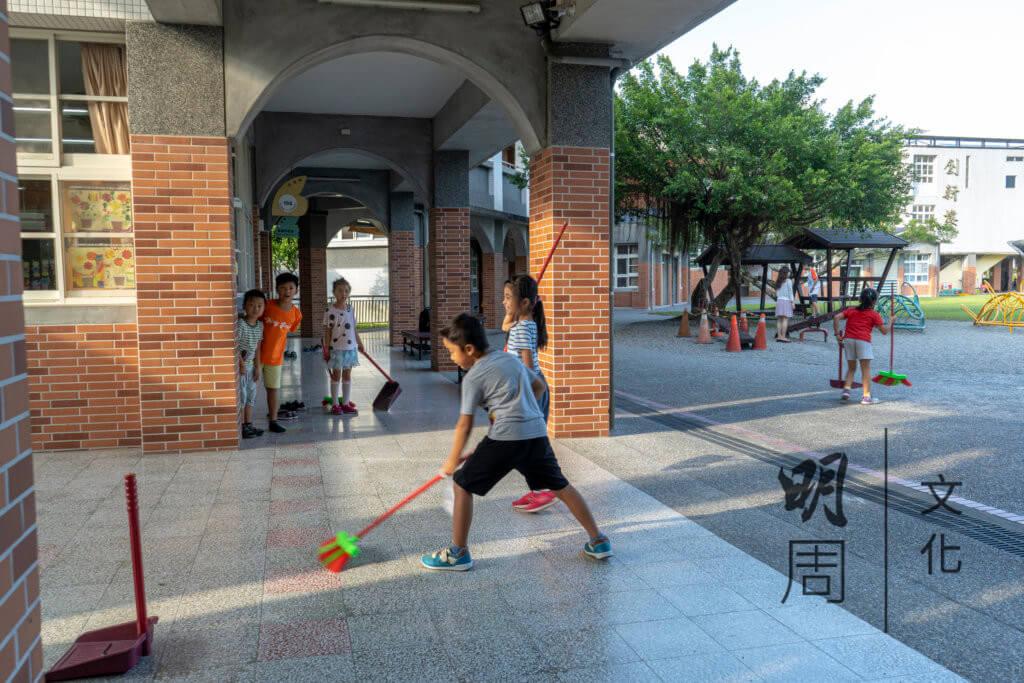 在台灣,無論是中小學,學生都要負責清潔學校。