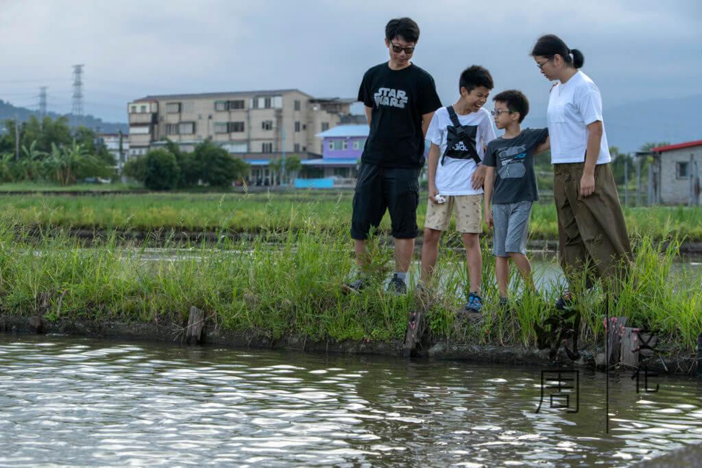 雖然在台灣仍有很多未知數,但難得一家人走在一起,在一片遼闊的水稻田漫步,已是足夠。