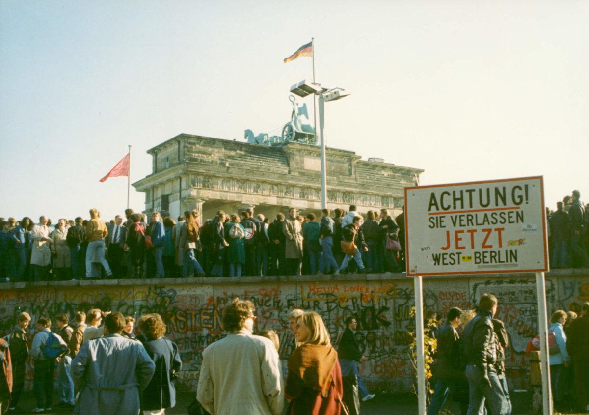 1989年11月9日柏林圍墻邊界開放後,勃蘭登堡門上佔滿歡慶的人。 圖片:landesarchiv-berlin