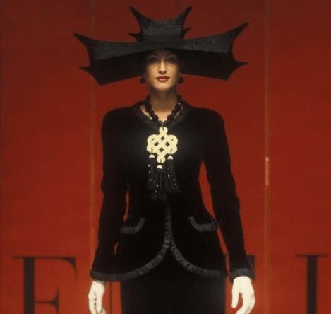 1993高級訂製系列的寶塔式帽子還有旗袍領的外套,都是Valentino Garavani先生到訪中國時所衍生的靈感。