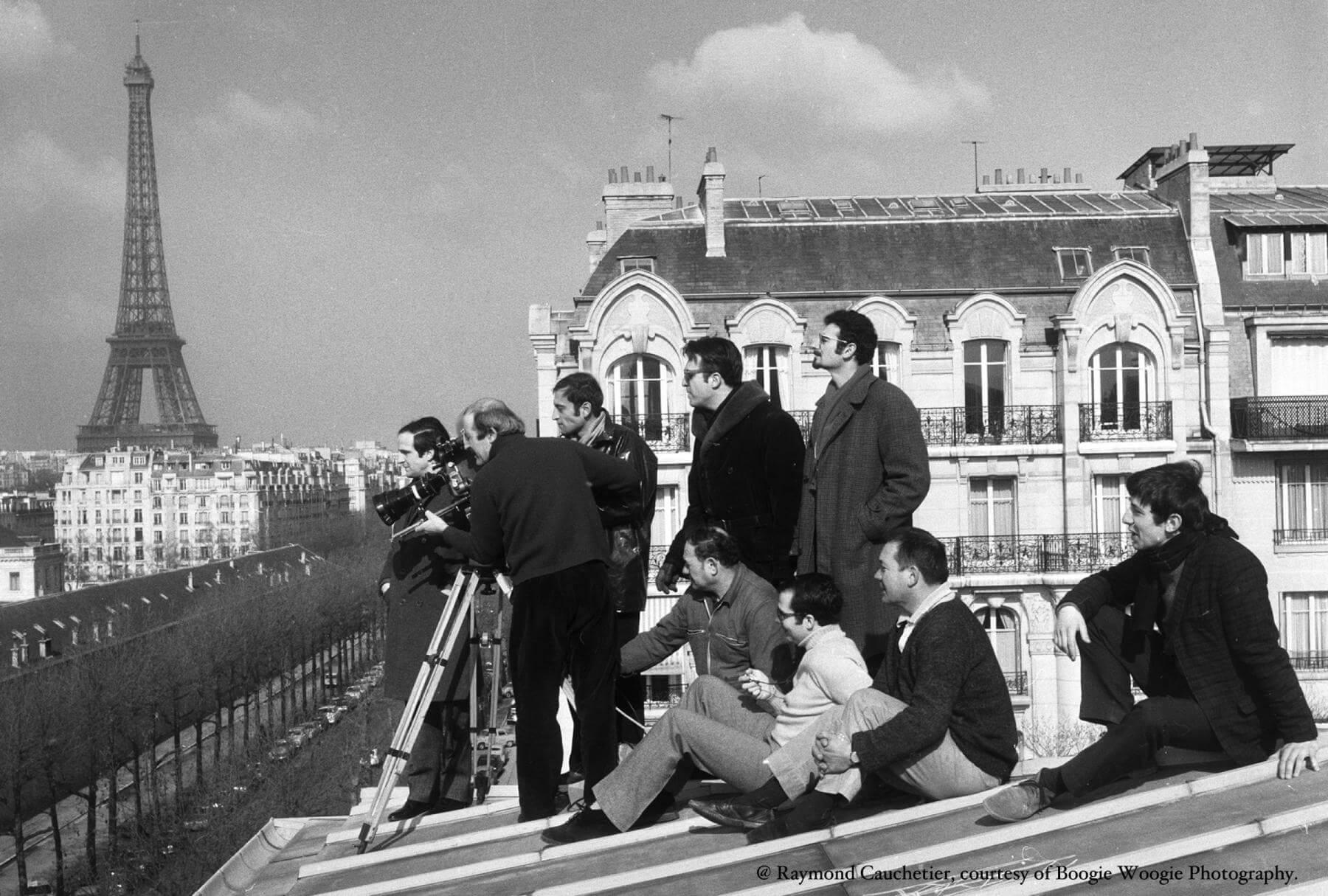 Raymond Cauchetier曾拍下不少法國電影新浪潮的經典劇照,圖為杜魯福的《偷吻》(1968)拍攝現場,劇組跑到巴黎屋頂上去。