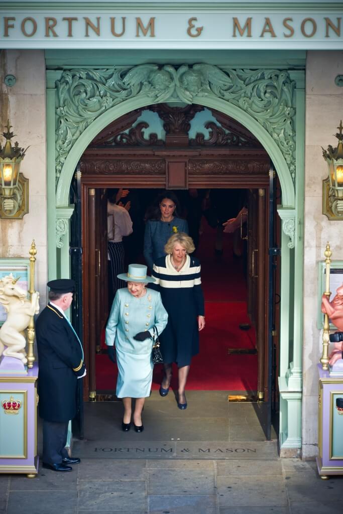 2012年e Diamond Jubilee Tea Salon開幕,特別請來英女皇伊莉莎伯二世前來剪綵,當時她還穿了跟Fortnum´s尼羅河綠色系的洋裝,非常矚目。