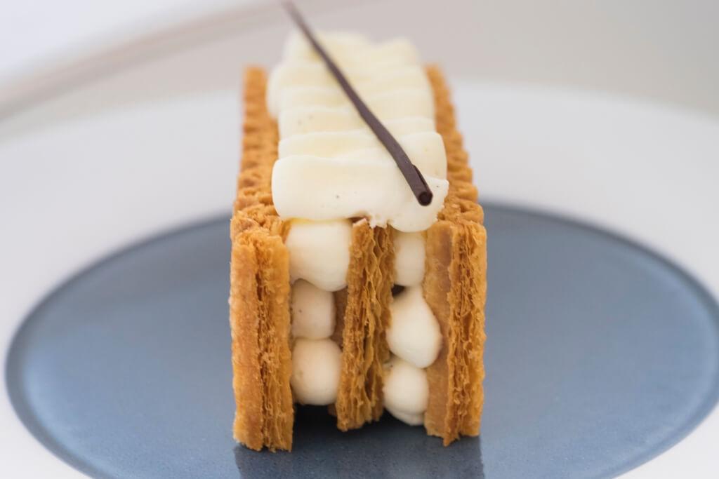 Mille Feuille // 極經典的雲呢拿拿破崙蛋糕,不過 酥皮及忌廉都整裝成波浪紋,看起來摩登不少。蛋糕也刻意躺下擺放,更方便客人食用。($90)