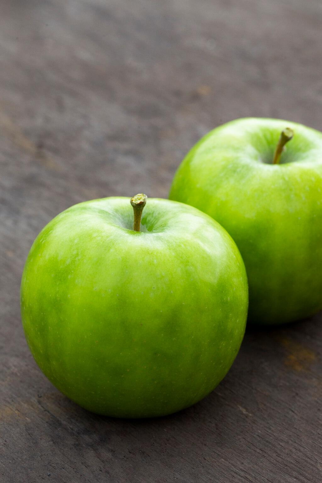 表面翠綠色的是新品種初戀Green,其 味道相對一般紅皮或黃皮蘋果較酸, 口感相對爽脆,可惜產量少,日本只 有少量發售,未能外銷海外。 星之金貨擁有金黃的外皮,果皮比一 般蘋果來得薄脆,一咬發出清脆的聲 音