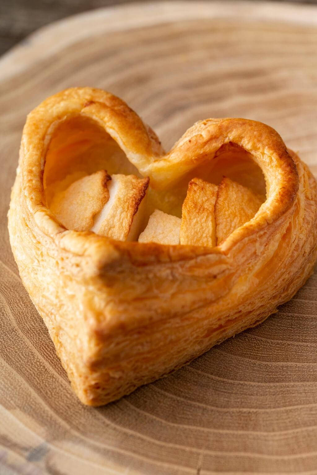 赤い林檎Apple Pie 赤い林檎暑假停售的人氣款式,心 形蘋果批特別之處在於餡料,蘋果 餡混入番薯蓉, 甜味天然, 富果 香。﹝¥400﹞