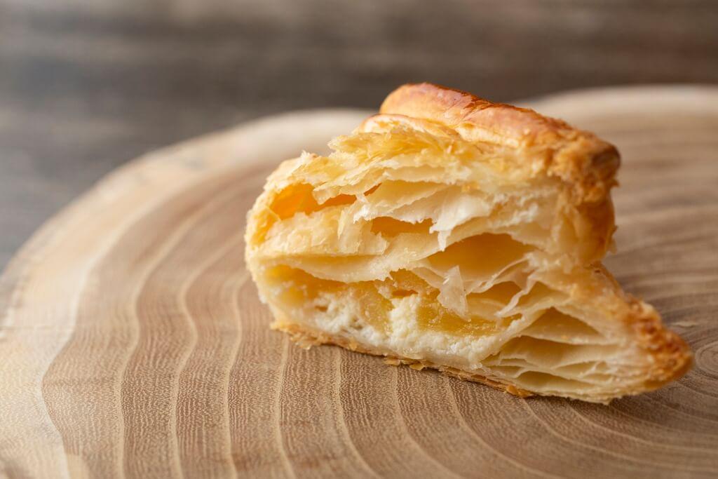 奶油奶酪蘋果批// 三角形的是仿青森地標青森縣觀光物 產館ASPAM外形設計,內裏是蘋果 餡配忌廉,甜中帶奶香層次豐富,有 別於弘前市的風格。(¥270)