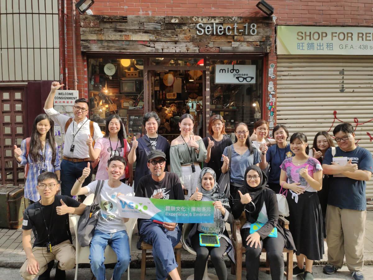 導賞團其中一站是印裔港人Mido(前坐中)開設的Select 18 舊物店