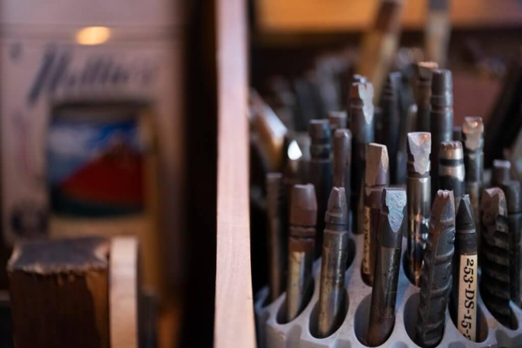 在香港較難找做印第安銀器的工具,所以余苑彬更會自製工具。