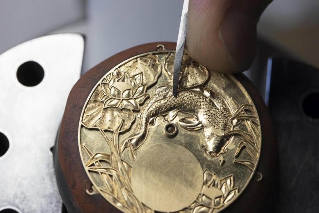 「閣樓工匠 (cabinotiers)」部門匯聚琺瑯、金雕和機刻等頂級手工裝飾技藝的大師