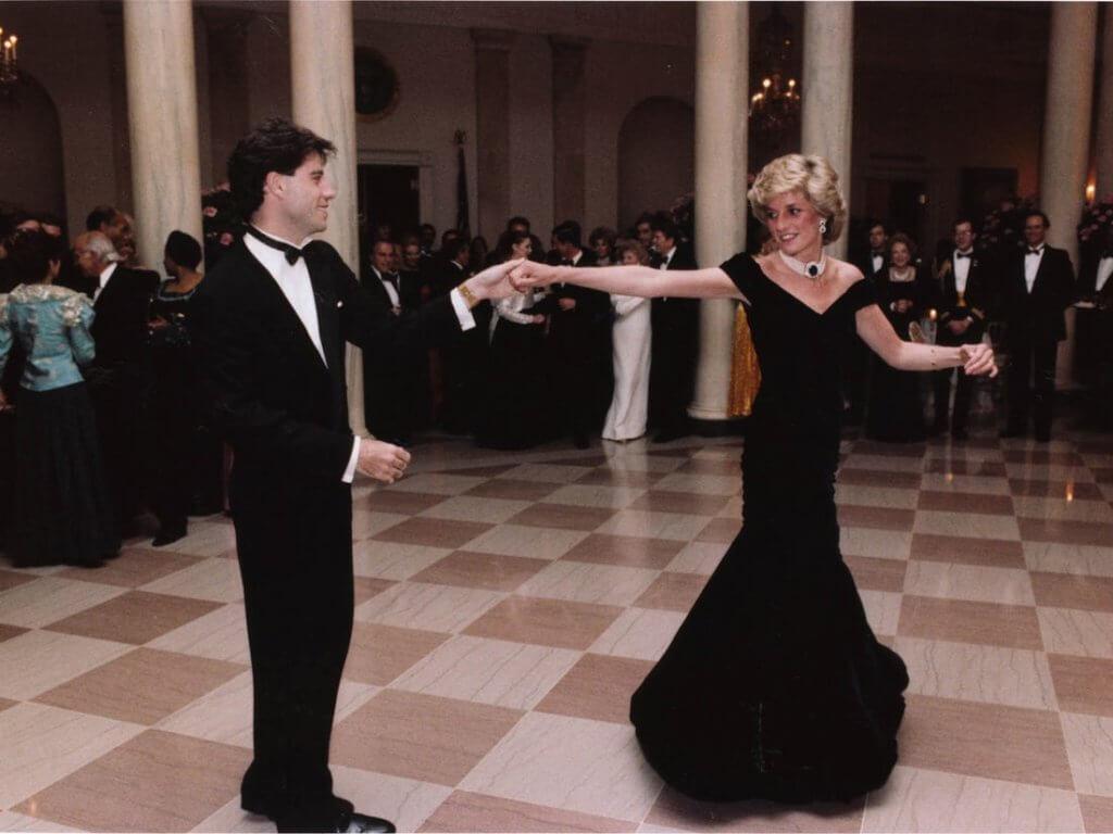穿上Victor Edelstein設計的黑色露肩連衣裙相當迷人