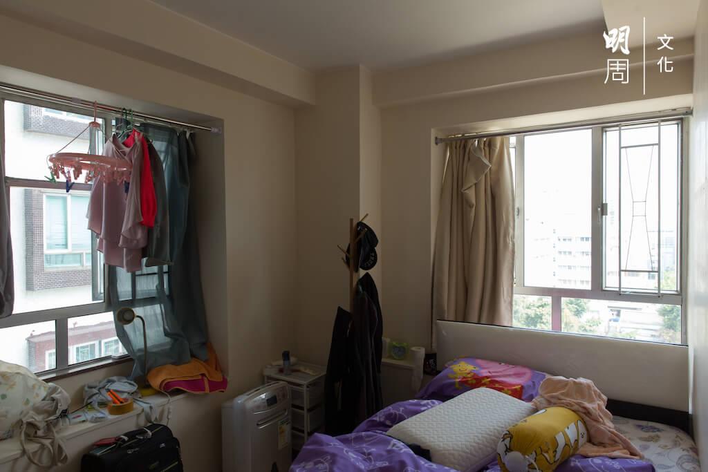 充滿催淚煙殘留物的睡房,看上去卻「正常不過」。