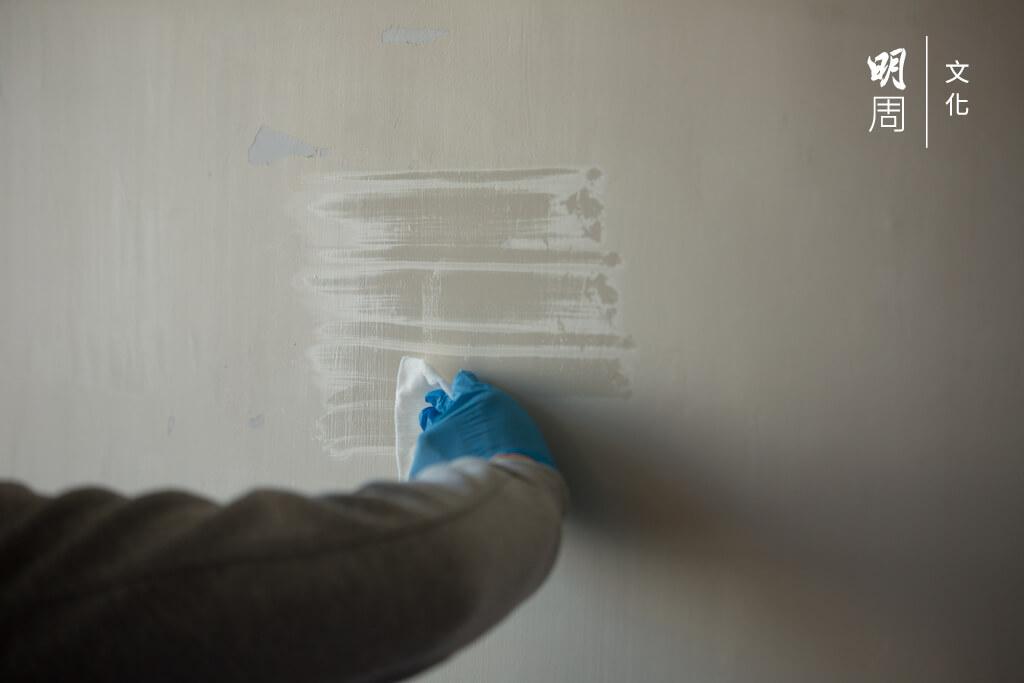 化學工程師團隊化驗後發現,抹牆兩次都未能完全抹走催淚煙殘留物CS。