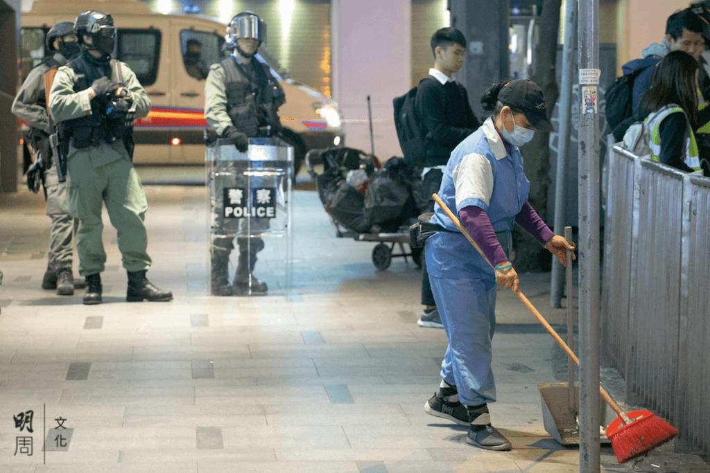食環署外判清潔工,被逼在最前線「硬食」清洗催淚煙殘留物的工作。