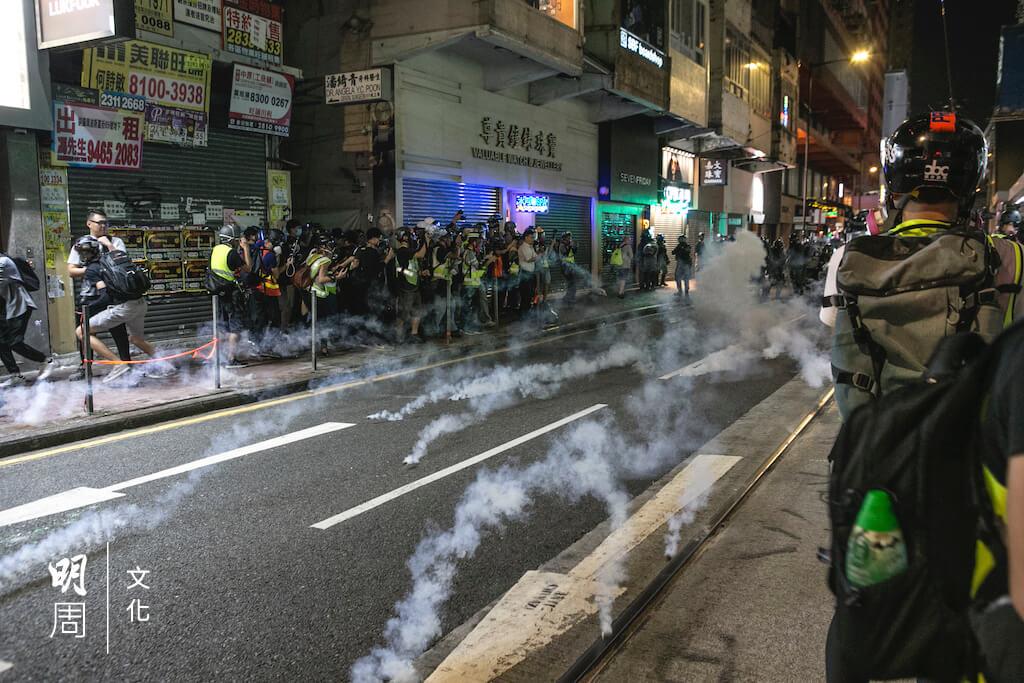 當警方施放催淚彈驅散人羣,他會向着濃煙前行繼續採訪,經常會吃催淚彈。