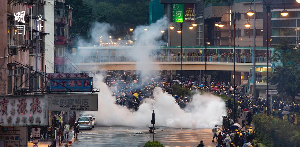 室外不等於空曠,警方多次於民居密集的狹窄街道施放大量催淚彈,CS殘留社區的影響仍是未知之數。