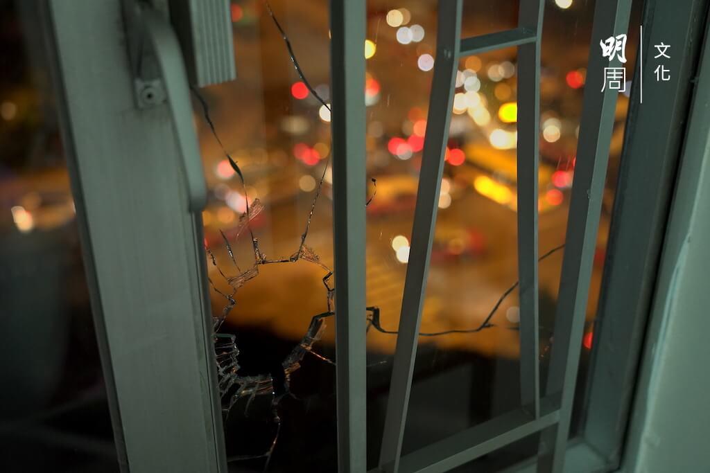 鄭氏夫婦打開窗簾,隨即被防暴警察在樓下用大光燈照射。大光燈第二次掃到他們的時候,玻璃隨即被催淚彈擊碎。