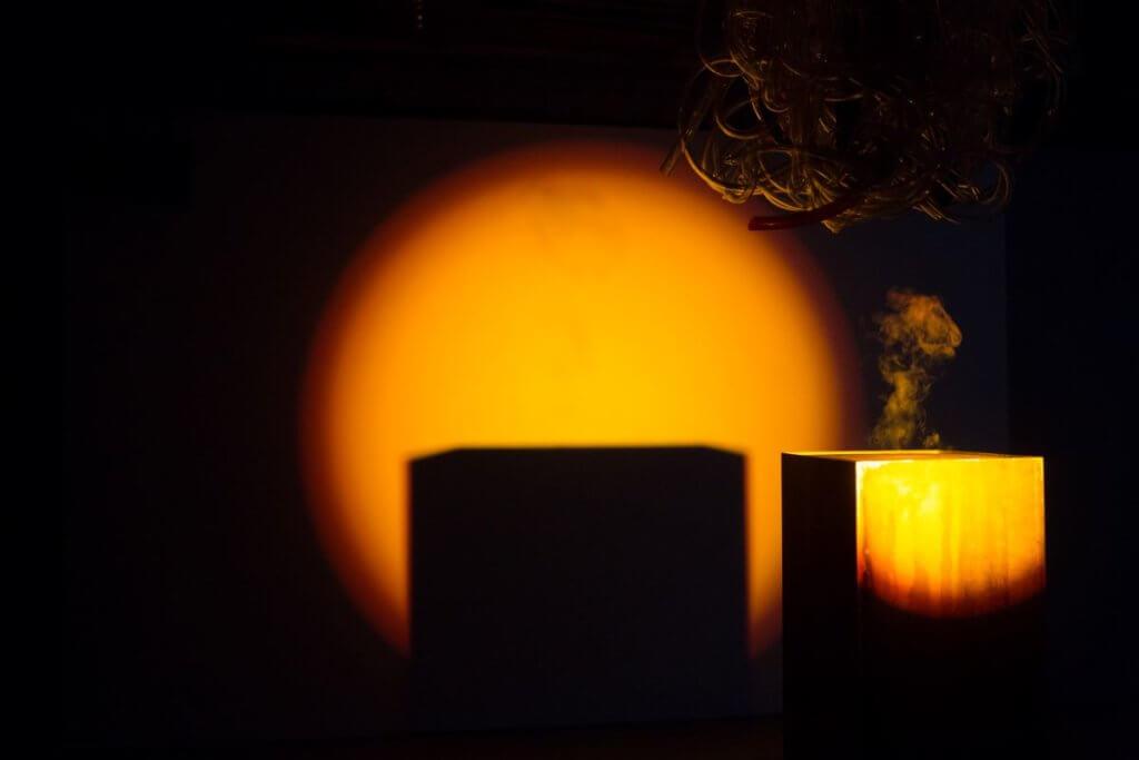 新作《現實的幽靈》,每當水滴到電熱板上,隨即化成一縷煙。