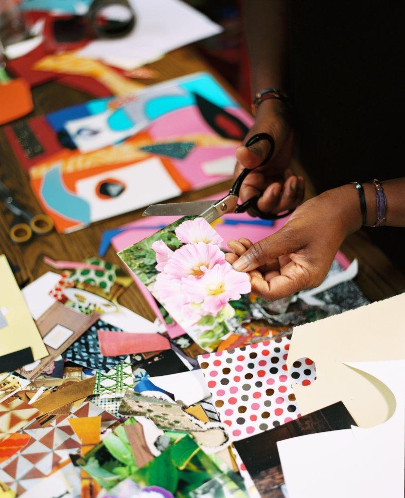 為了向莫內致敬,她在繪畫中使用不同繪畫技術。