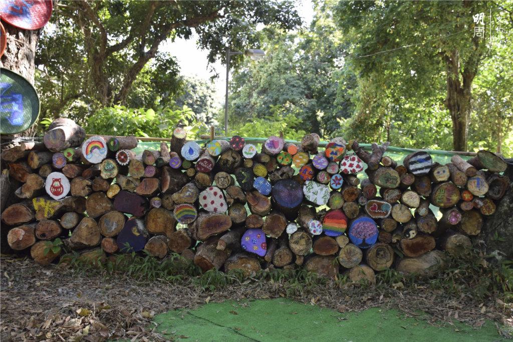 大會特意設立藝術角,讓旅客在廢木創作