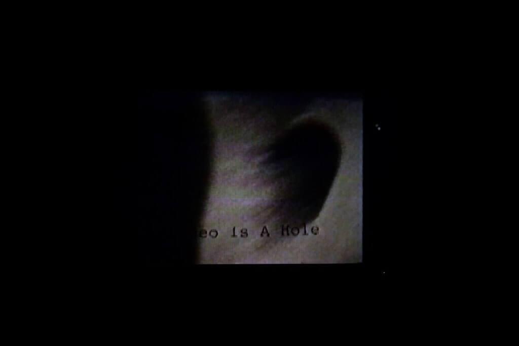 Ellen早期的錄像日記《錄像肚臍》,把肚臍幻想成黑洞,連接不同的字宙。