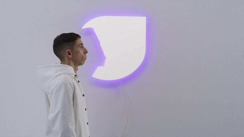 《Ultragender》(2019)展現藝術家的詩意創作,旨在為每個人創造一個獨特的裝置藝術,將藝術品與 表面上反射的人融合在一起,反映他/她被光線及顏色下,與周圍環境的互動。