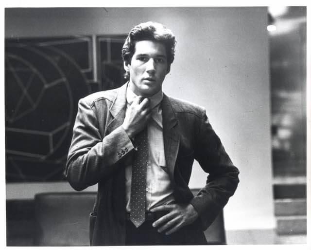 Richard Gere 在1980年演出的電影《美國舞男》(American Gigolo),穿上的訂製西裝正是來自Giorgio Armani