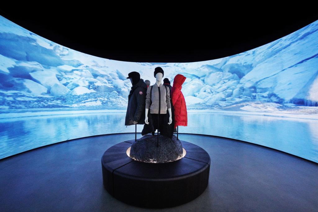 60英尺寬的4K弧形屏幕,讓顧客能置身大自然中領略四季變化之景。