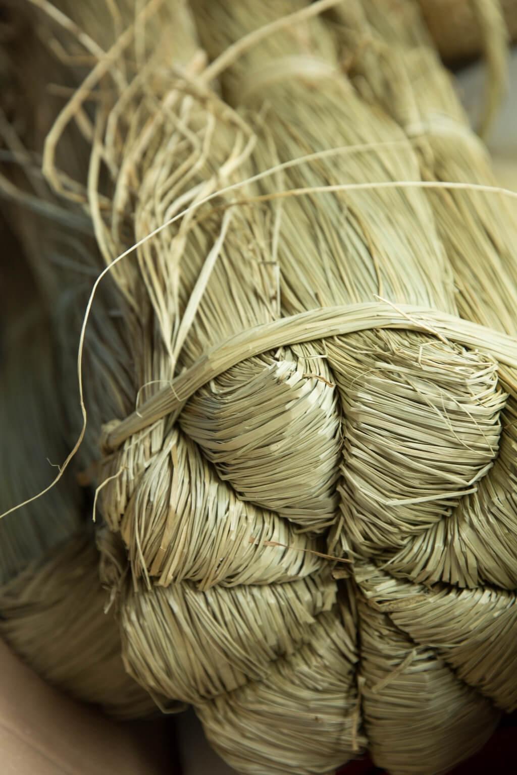 一包水草有兩卷,每卷八紮,色澤淺褐,草身粗壯,夠乾身,可以儲存甚久。