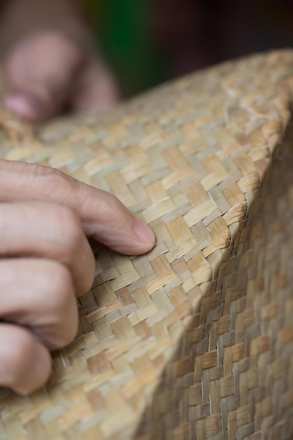 舊工鹹水草織法要求每條水草粗幼相同,色澤均勻,而且織紋頻密細緻,十分耐用。