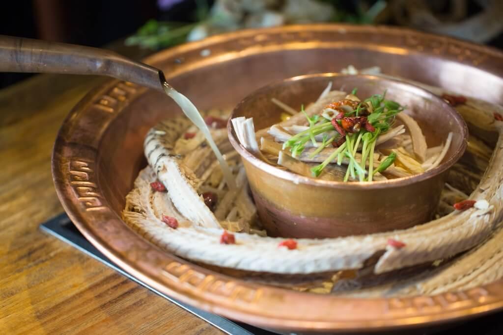 蛇湯味道鮮甜,濃而不膩,烚海鮮、雞肉可提鮮提味。