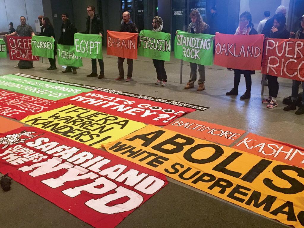今年紐約惠特尼雙年展期間,市民在美術館外示威抗議。