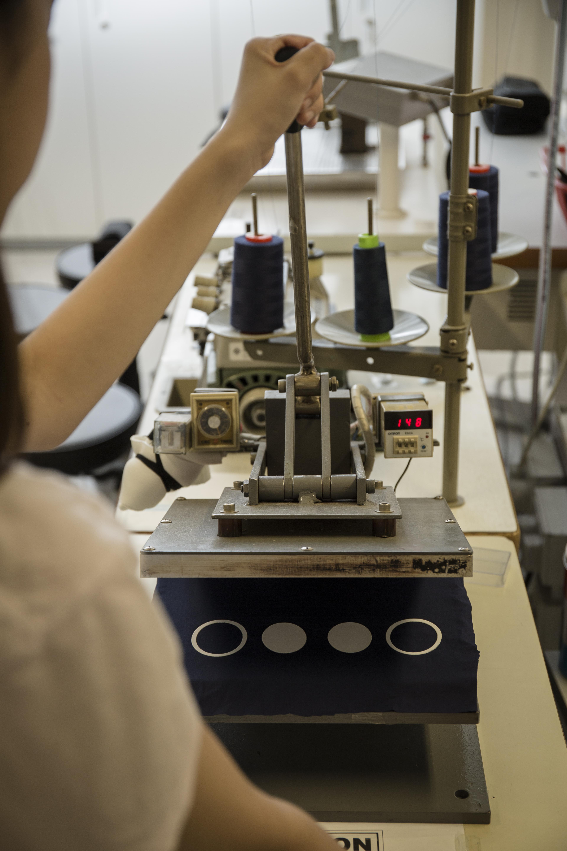 將機器手壓下去,熱度下幾塊布料與黏合薄膜融合,造成無縫輕薄效果。