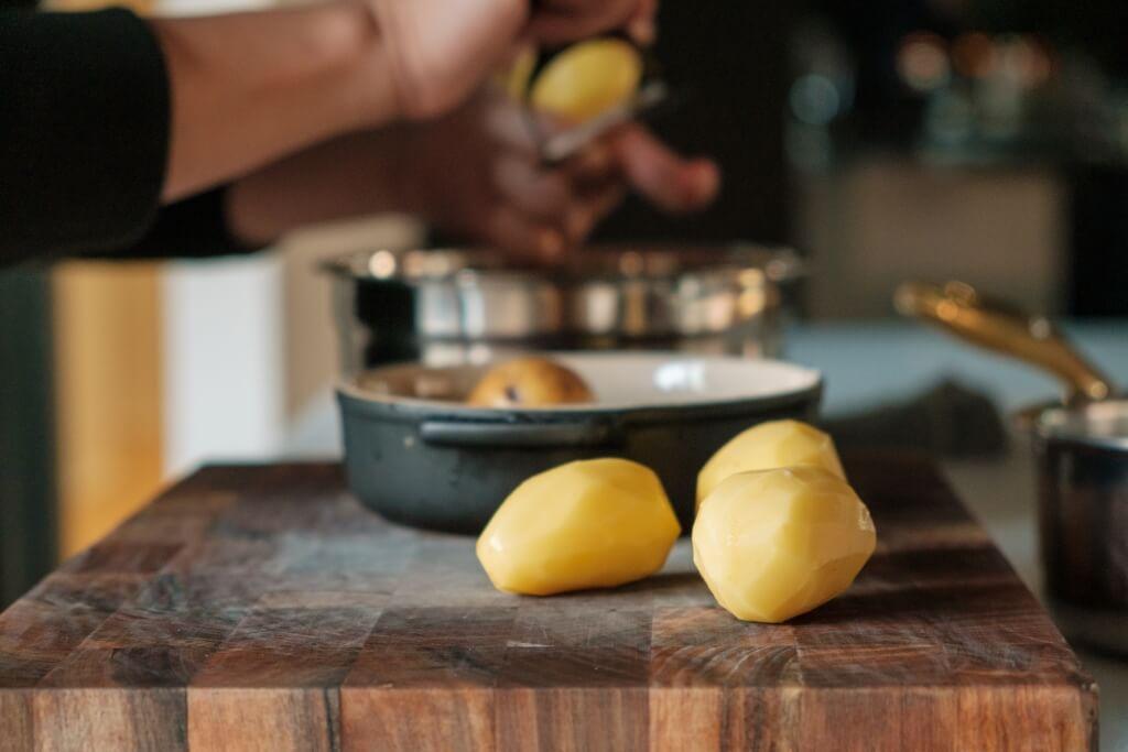 煮薯仔切記用冷水,而且切勿以猛火煲滾,否則薯仔會吸收太多水分而影響質感和味道。