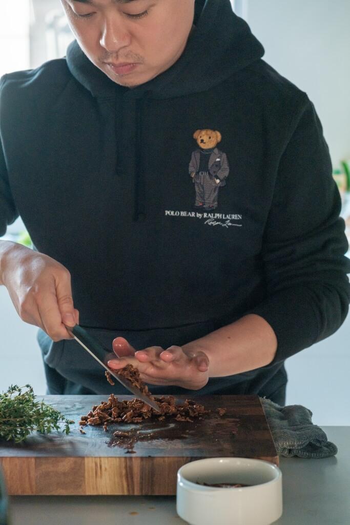 Edward Suen, 餐飲界男公關,為人腌腌臢臢,貪食愛煮好品味。半途出家到倫敦 藍帶學藝,又在星星餐廳刨 過薯仔,閒來揮刀弄鑊,整色整水餵飽知己餓鬼。