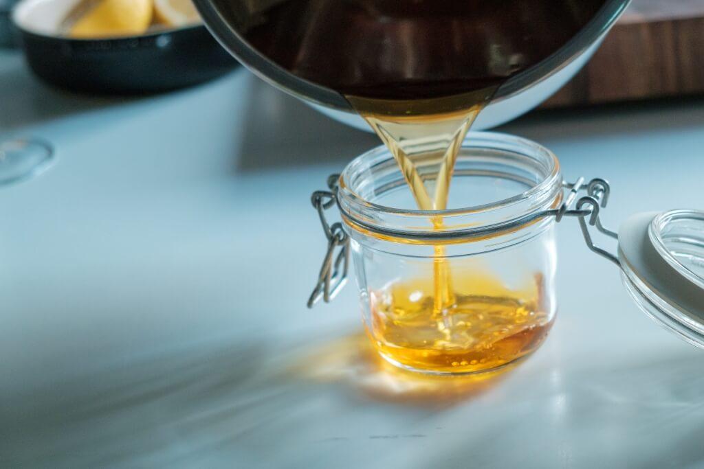 步驟②的自製蝦油可用玻璃瓶盛起,放雪櫃保存1個月,可用作撈麵和炒菜調味。