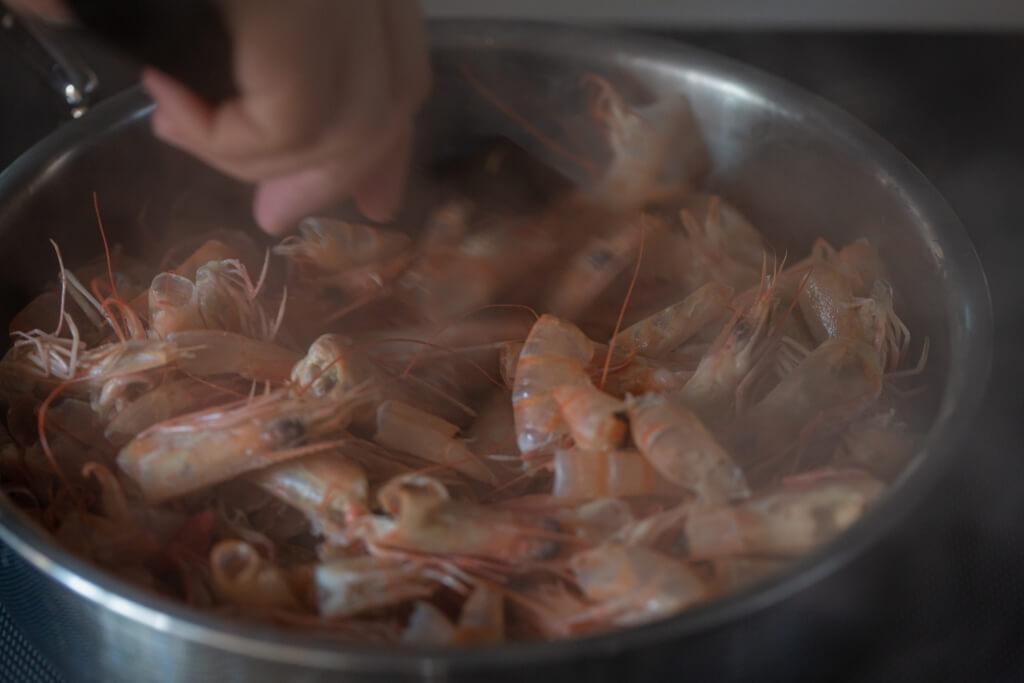 步驟①這是街市海鮮店店主的煮蝦妙法,方便快捷永無出錯,中式煮法可以清水或花鵰酒代替白酒。